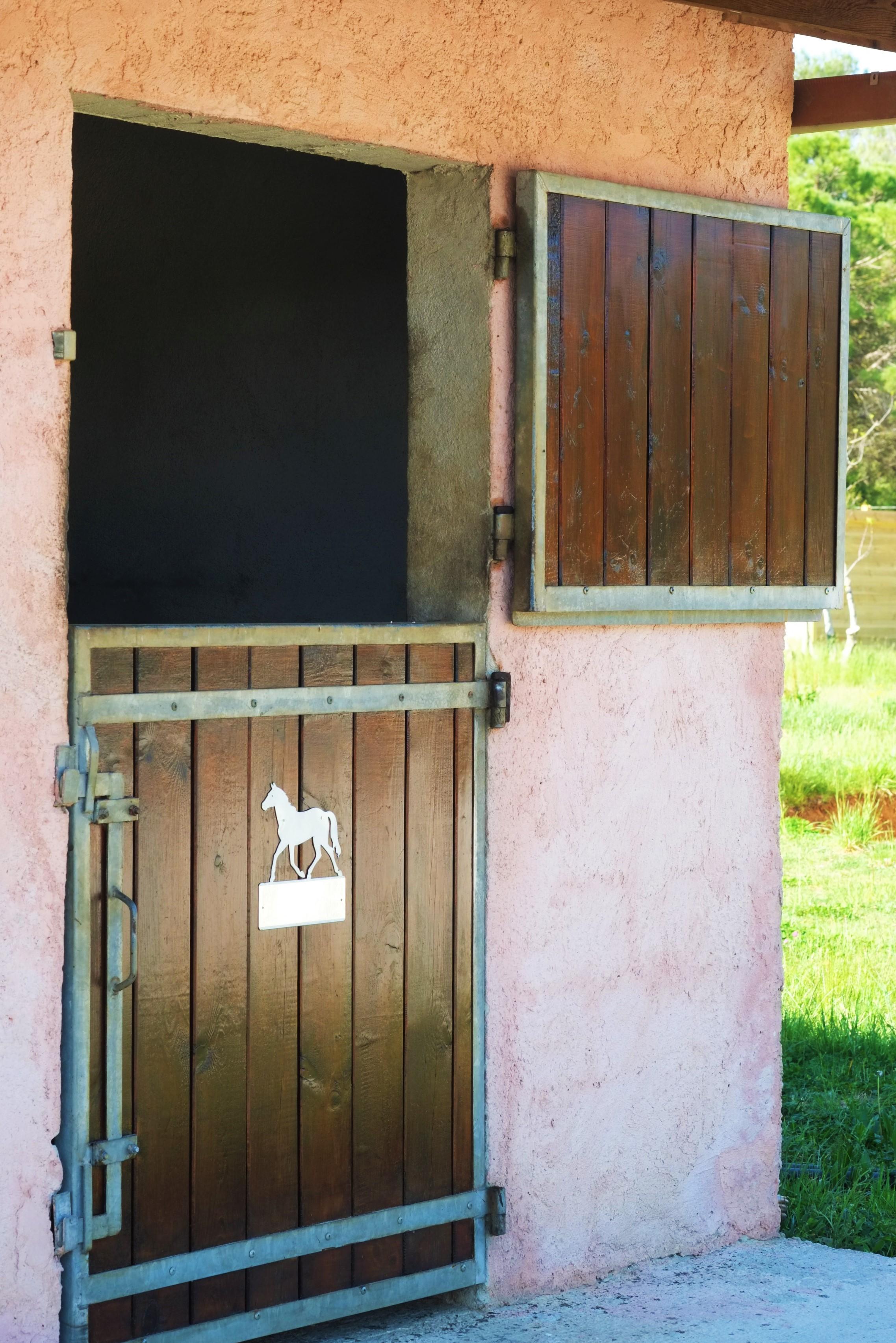 Porte Boxe - Pension Dressage Cheval Propriétaire - Haras La Colombiere - Bordsol Reverdy Crau AOC
